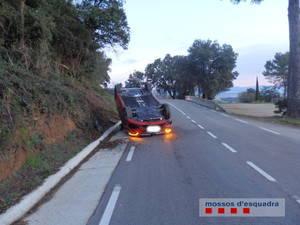 Un menor vuelca un coche que conducía sin que el propietario lo supiera, sin permiso de conducir, y da positivo en la tasa de alcoholemia