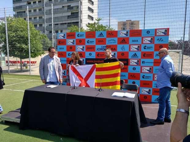 Alba posa con Marín y con la bandera que le ha regalado la alcaldesa.