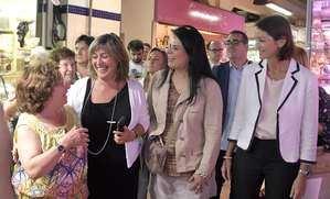 Marín, la regidora Sariñena y la ministra Maroto, en primera fila durante el paseo por el Mercado de Collblanc.