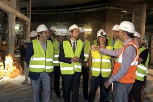 Calvet y Marín, acompañados de sus respectivos equipos, escuchando las explicaciones técnicas.