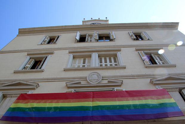 Bandera LGTBI colgada en el Ayuntamiento de Sant Boi.
