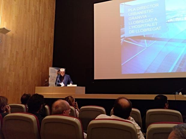 Belver presentando el PDU delante de los profesionales médicos