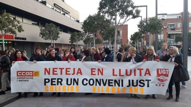 Los trabajadores de la limpieza de los colegios de Viladecans salen a la calle a protestar