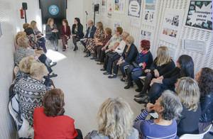 Marín y Calvo reunidas con representantes de las asociaciones de mujeres locales.