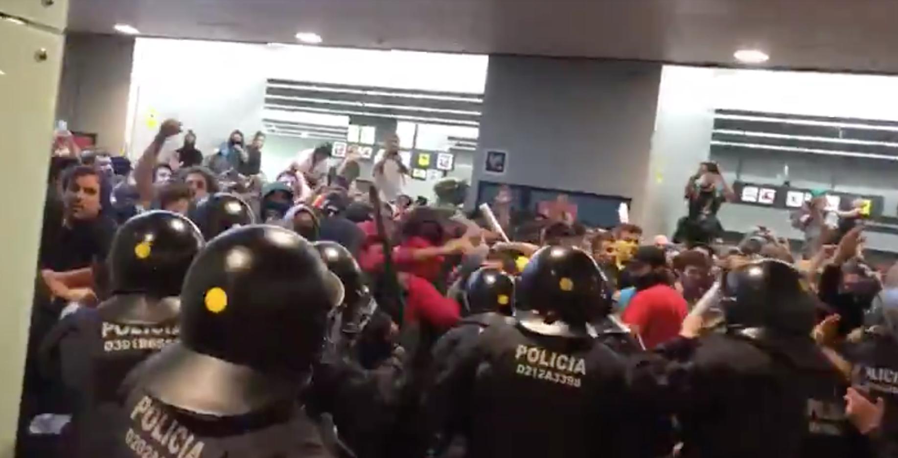Primeras cargas de los Mossos en el aeropuerto durante las movilizaciones por la sentencia del 'procés'