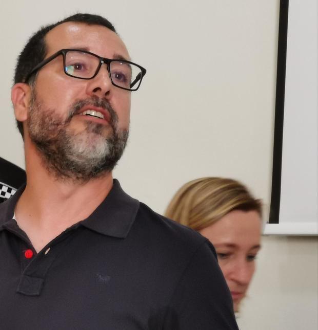 Miguel Comino, del PSC, nuevo alcalde de Sant Vicenç dels Horts. Detrás, Maite Aymerich, la alcaldesa saliente de ERC.