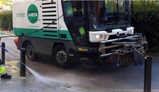 Cornellà reforça la desinfecció dels carrers amb l'augment de l'activitat econòmic