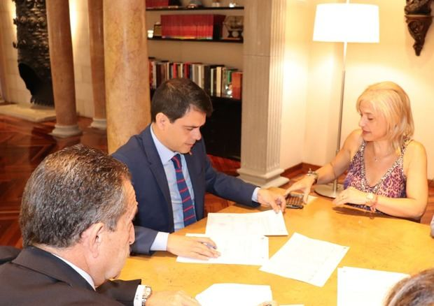 Pilar Díaz, alcaldesa de Esplugues, junto a Marc Castells, presidente de la Diputación, en el momento de la firma del crédito.