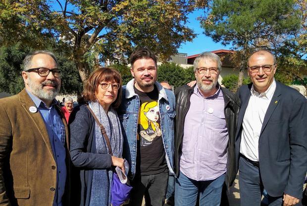 Barrachina (segundo por la derecha), durante una visita de Gabriel Rufián a L'Hospitalet.