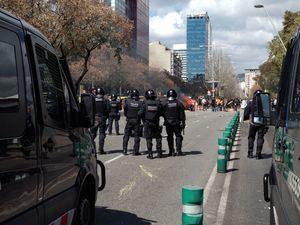 Grupos antifascistas se manifestaron en las calles de Barcelona contra el acto de Vox del sábado.