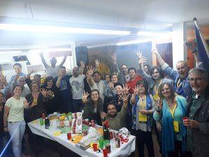La alegría de los miembros de la candidatura de ERC Molins tras conocerse los resultados, que mejoran en casi 700 votos los de 2015.