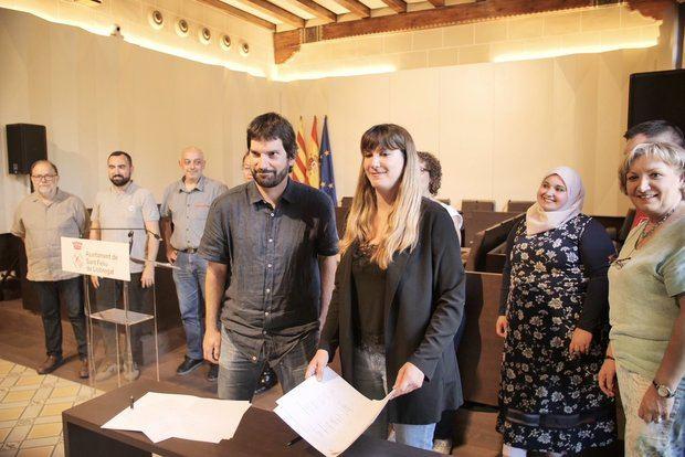 Firma del acuerdo entre ERC -Oriol Bossa, a la izquierda- y comunes -Lídia Muñoz, a la derecha-.