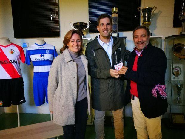 Moreno, en el centro de la imagen, con el presidente del Hospi, Santiago Ballesté. Moreno es socio del club.