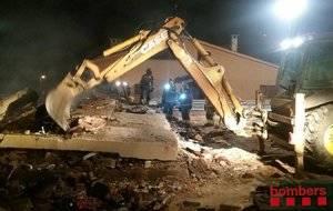 Bombers descarta que haya víctimas mortales entre los escombros de la casa de Collbató