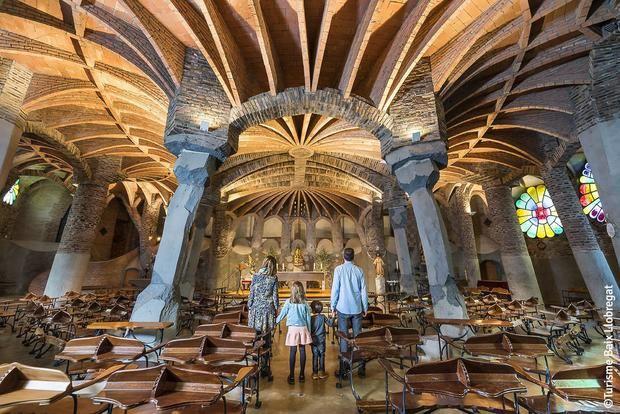 La Cripta Gaudí de la Colònia Güell, un punto de obligada visita en la comarca.