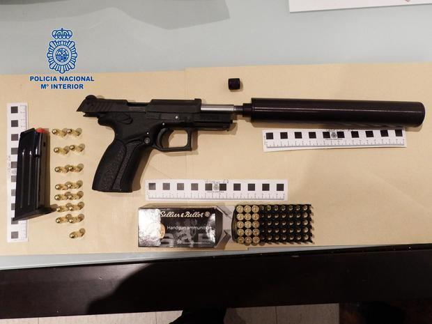 La pistola y munición encontrada por la Policía en el domicilio del arrestado.