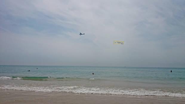 Una avioneta amb un cartell on es pot llegir 'Referèndum 1 d'Octubre' i un gran 'Sí' ha sobrevolat la costa catalana durant l'estiu