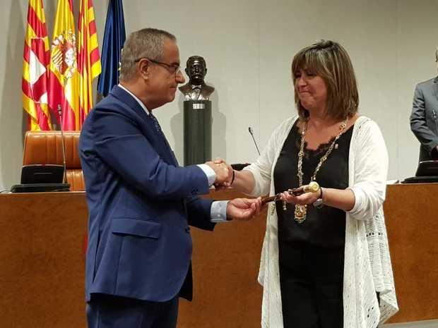 Corbacho entrega la vara a su ya sucesora por partida doble: como alcaldesa de L'Hospitalet en su día y ahora también como presidenta de la Diputación.