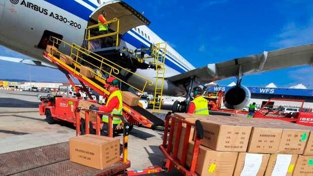 Una cuarentena de aviones descarga material sanitario en el aeropuerto de El Prat para luchar contra el coronavirus