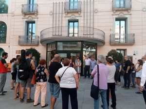 Concentración de repulsa por los hechos ante el Ayuntamiento de Olesa.