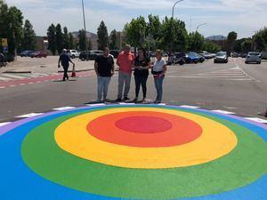 Sant Andreu ha pintado las rotondas con la bandera del arco iris.