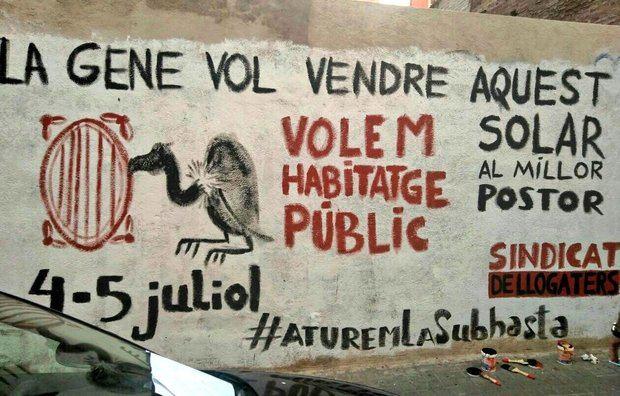 Mural de protesta ante el solar de la calle Cotonat de l'Hospitalet.
