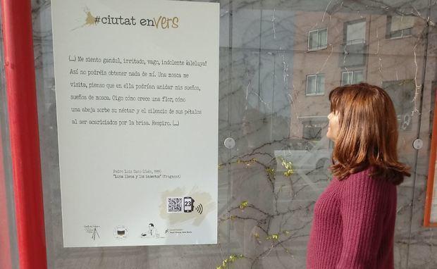 Los versos conquistan las calles de Sant Vicenç dels Horts en el día Mundial de la Poesía