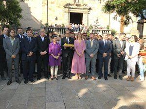 La comitiva de la ofrenda floral a Casanova en Sant Baldiri.