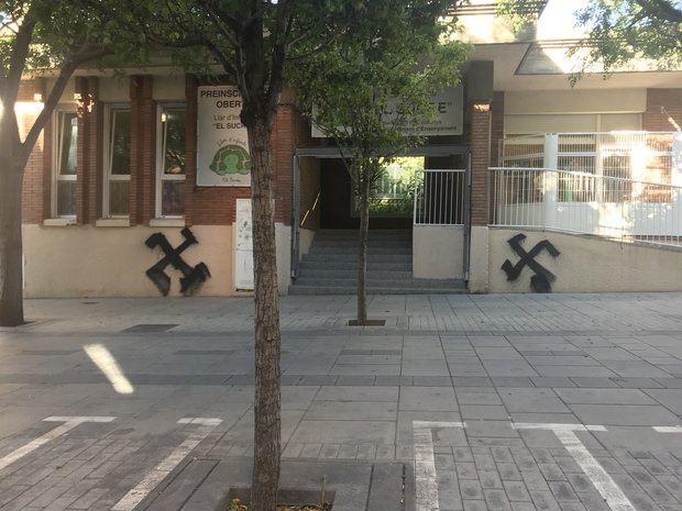 Pintan esvásticas en el Ateneu Popular y una guardería de Esplugues