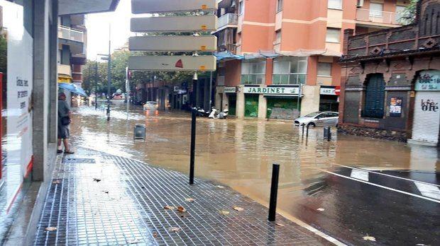 La calle Rodés con Enric Prat de la Riba de L'Hospitalet suele ser un punto delicado cuando hay fuertes lluvias.