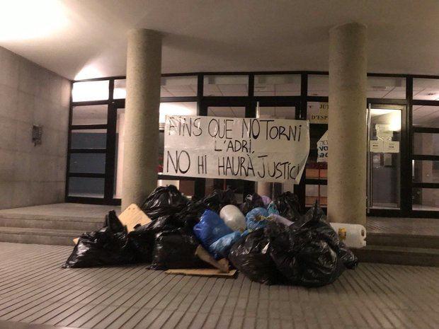 Así han amanecido los juzgados de Esplugues. En la pancarta se hace referencia a la situación de Adrià Carrasco.