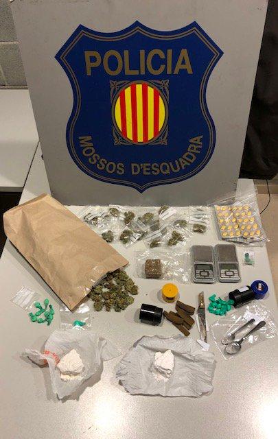 Material incautado por la policía a los dos hombres acusados de tráfico de drogas en Martorell.