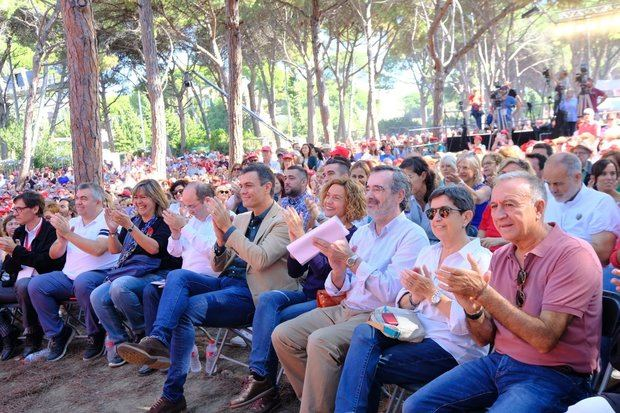 En primera fila, primeras espadas del socialismo de la comarca, como su líder, Antoni Poveda, o Núria Marín.
