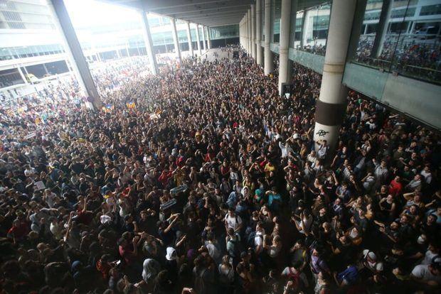 Los manifestantes se agolpan en el exterior del aeropuerto Josep Tarradellas.