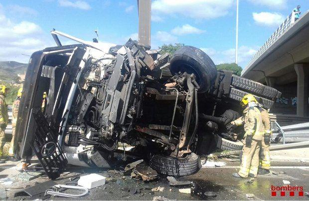 Los restos del camión sobre la C-32.