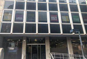 Los nuevos carteles que ha colgado ERC en sus despachos.