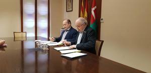 Ruiz y Bargalló en el momento de la firma del convenio de colaboración.