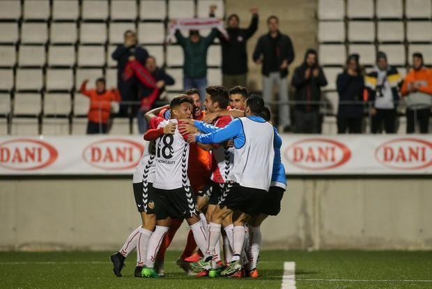 La alegría de los jugadores del Hospi (en la imagen), contrasta con la del Prat.