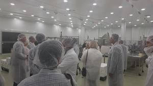 Trabajadores de Grupo Tiens durante la visita guiada a la fábrica de Eladiet