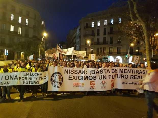 Los manifestantes exigen garantías para mantener sus puestos de trabajo.