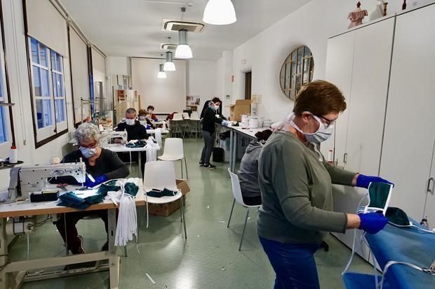 Voluntarios de Sant Joan Despí que fabrican material sanitario.