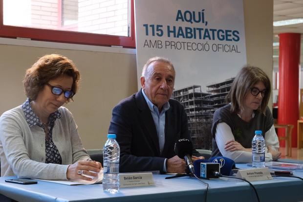 Rueda de prensa para explicar el trámite con el alcalde de la ciudad, Antoni Poveda -en el centro-.