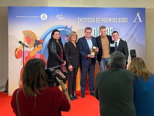Pallejà (en el centro), recibe el premio de la FECEALH