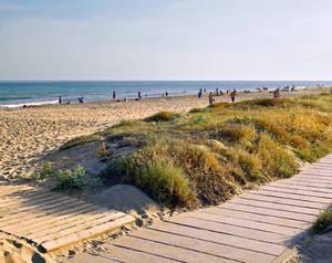 La platja de Gav� recupera el distintiu de qualitat de la bandera blava
