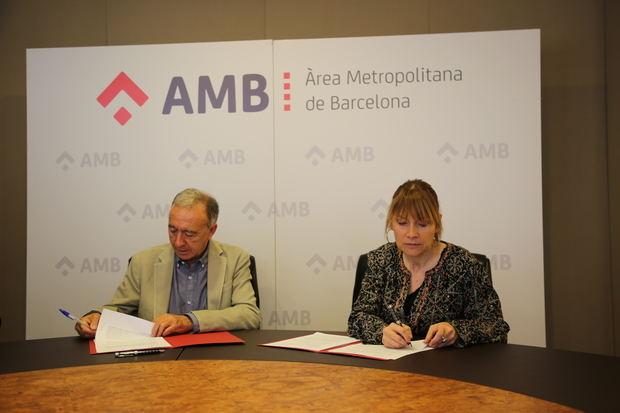Momento de la firma del acuerdo entre AMB y Sant Boi, con el vicepresidente de Movilidad del ente, Antoni Poveda, y la alcaldesa de la localidad, Lluïsa Moret.