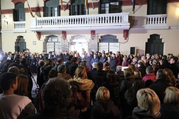 Concentración frente al Ayuntamiento de Sant Joan Despí para condenar los sucesos de la pasada madrugada en el municipio