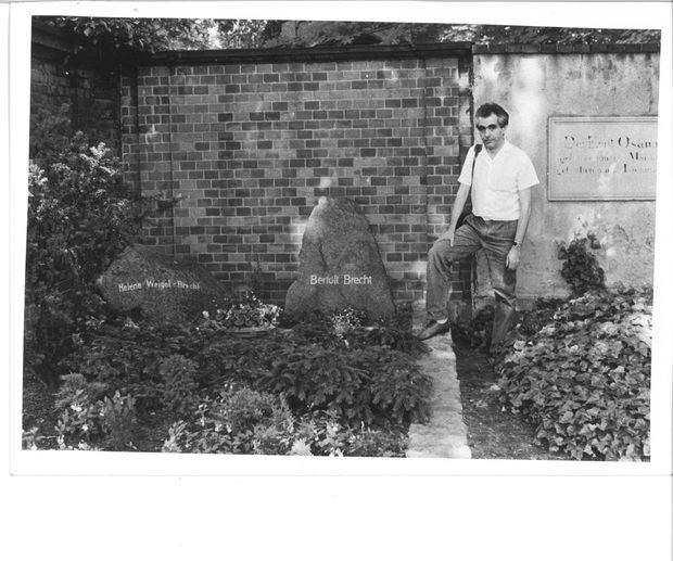 Flores a la tomba de Bertolt Brecht, a Berlín.
