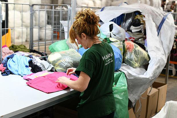 El Baix Llobregat reutiliza y recicla más de medio millón de piezas de ropa