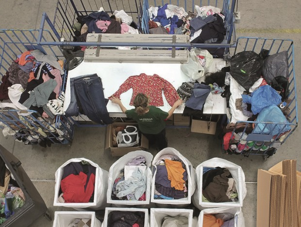 Humana potencia el reciclaje de ropa usada en el Baix Llobregat
