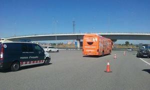 El autobús de 'Hazte Oír' acaba en el depósito tras su tensa llegada al Baix